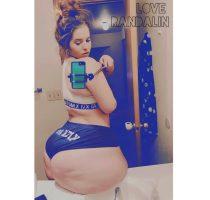 Love Randalin nutzt einen Selfie Stick um ihren Po zu fotografieren
